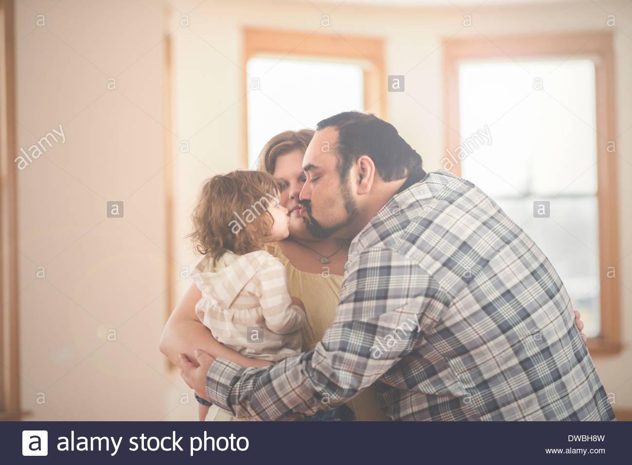 Les parents et les tout-petits daughter enjoying group hug at home Photo Stock