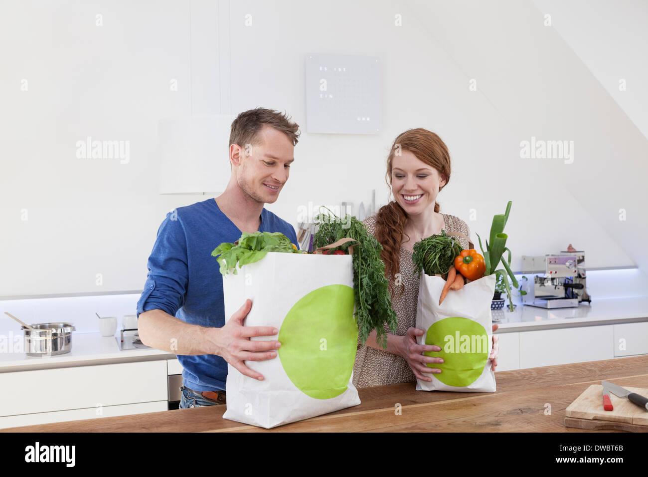 Couple holding shopping bags avec les achats Photo Stock