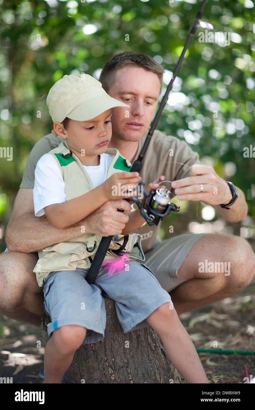 Père et fils sur voyage de pêche Photo Stock