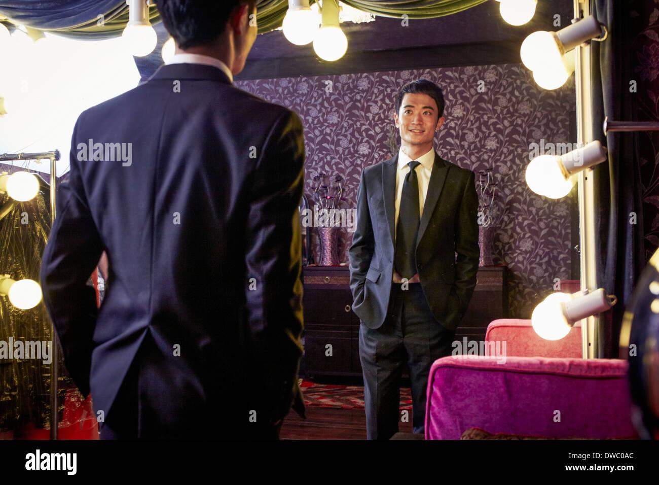 Jeune homme essayant sur client nouveau costume traditionnel de tailors shop Photo Stock