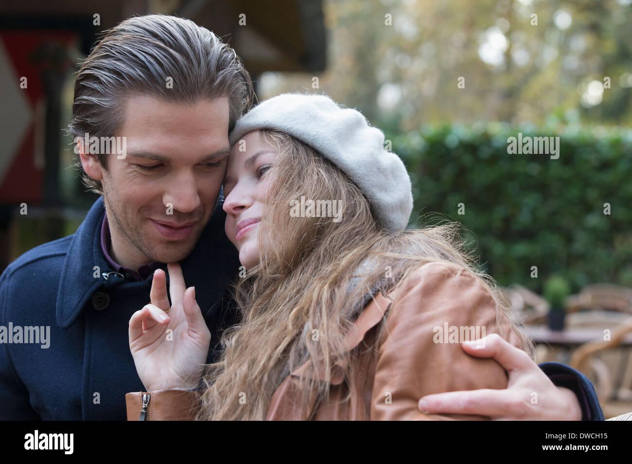 Couple hugging, bras autour de Photo Stock