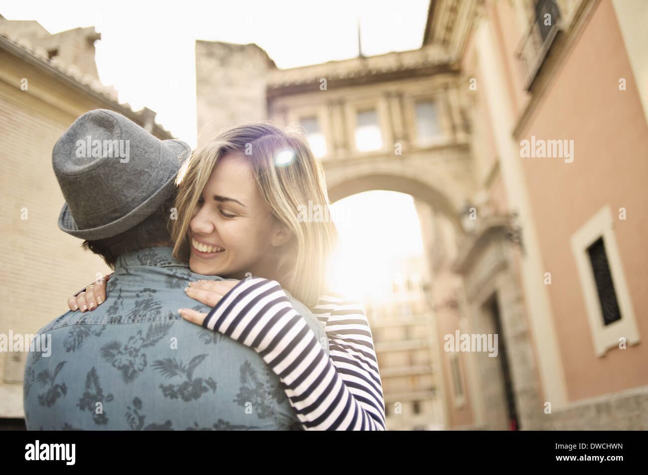 Jeune couple hugging, Valencia, Espagne Photo Stock