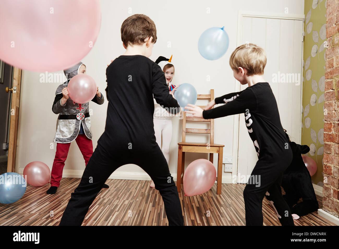 Enfants jouant avec des ballons at Birthday party Banque D'Images
