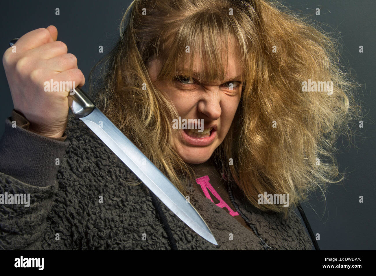 Fou d'une jeune femme psychotique - la violence domestique Photo Stock