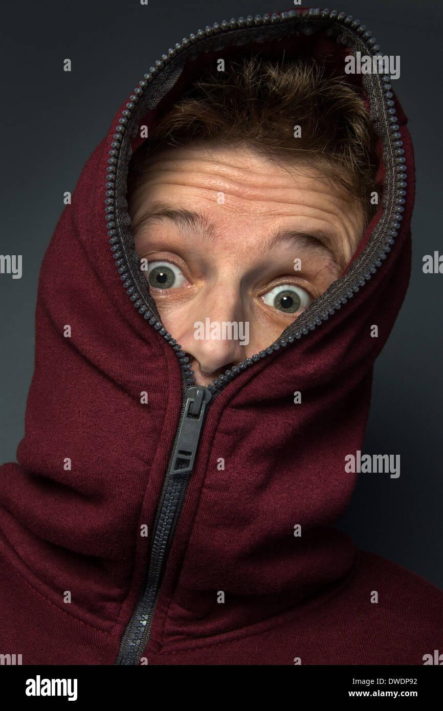 L'homme à capuche avec un air de surprise sur son visage. Photo Stock