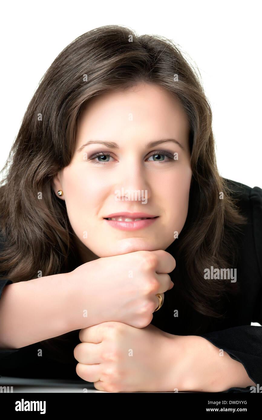 Portrait d'une femme d'affaires brunette détendue avec costume noir Photo Stock
