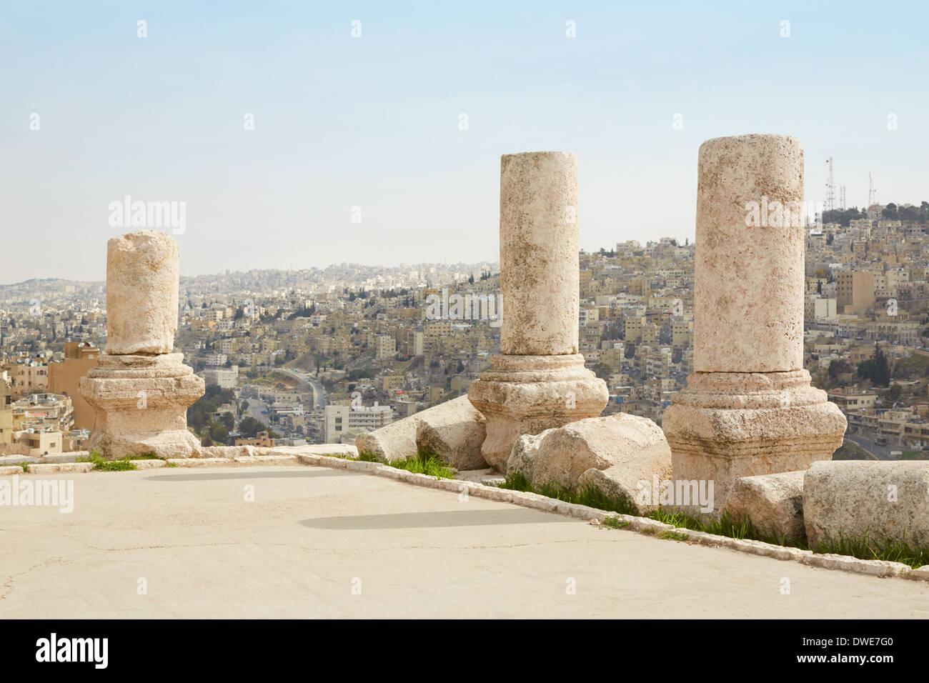 Colonnes sur la citadelle d'Amman, Jordanie, vue sur la ville Photo Stock