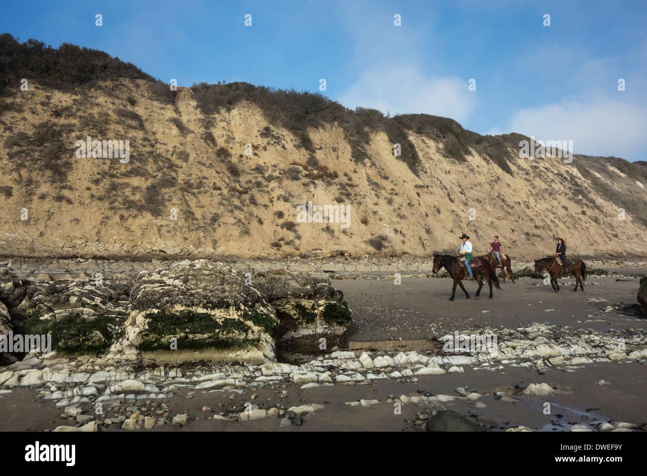 Trio de cavaliers sur la plage à marée basse sur la plage de Rincon,  Carpinteria e024994a0a0f