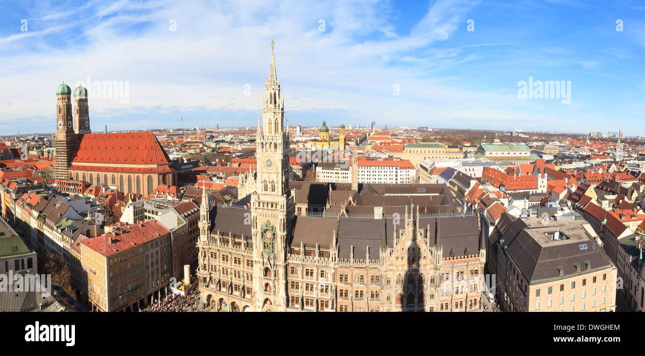 Munich, l'Hôtel de ville gothique et l'église Frauenkirche sur la Marienplatz, Bavière, Allemagne Photo Stock