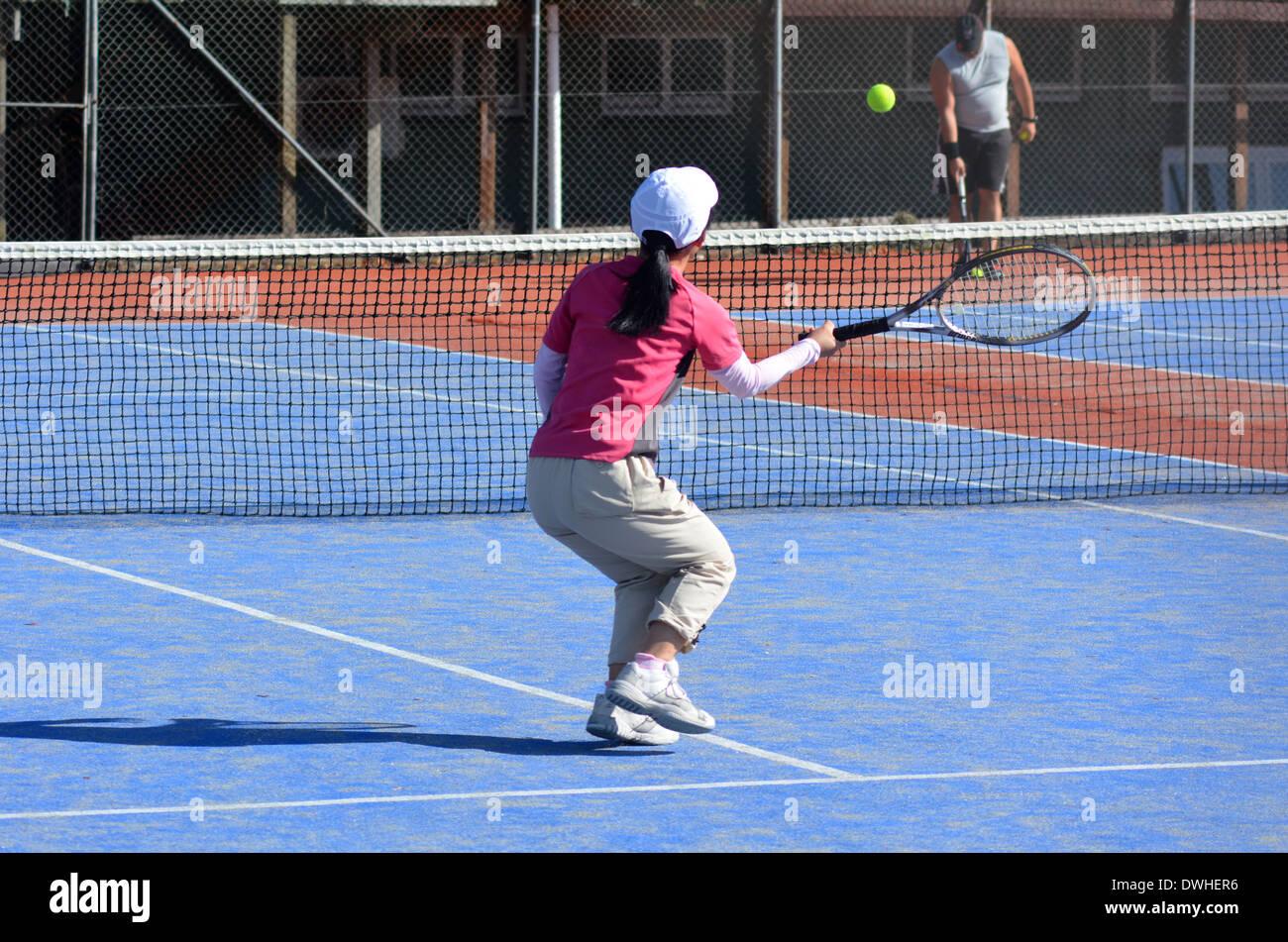 KAITAIA, NZ - MAR 06:Personnes jouer au tennis sur Mar 06 2014.La partie de tennis vient de Grande-Bretagne. Photo Stock