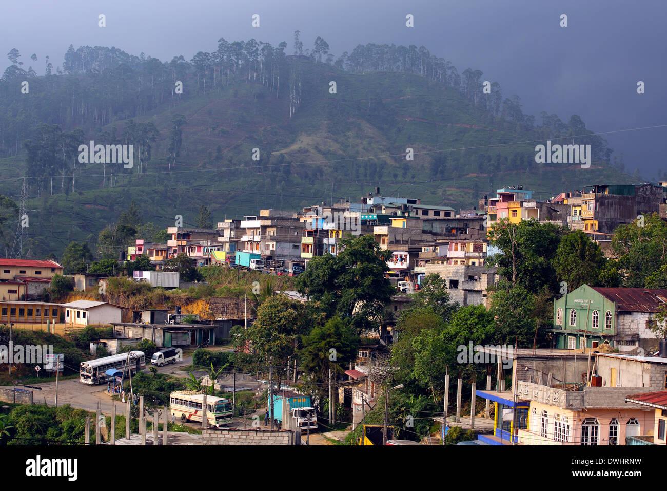 Maskeliya township dans les hauts plateaux de la région de culture du thé de Sri Lanka Photo Stock