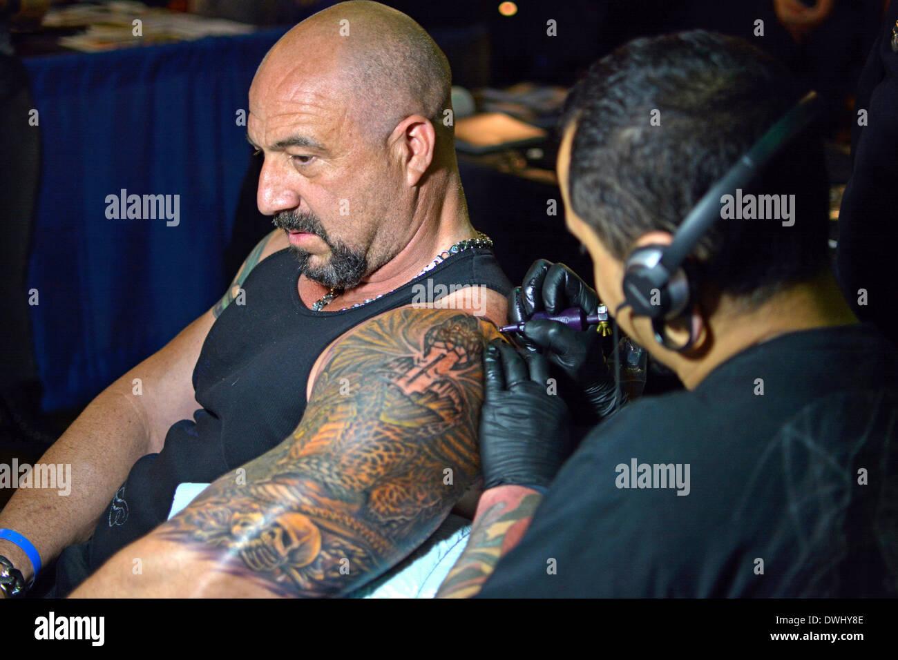 l'homme l'obtention d'un grand bras tattoo à la convention de