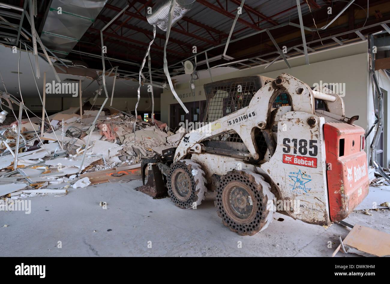 Un chargeur skid est assis à l'intérieur d'une église en cours de démolition. Harvest Bible Chapel, Oakville, Ontario, Canada. Photo Stock