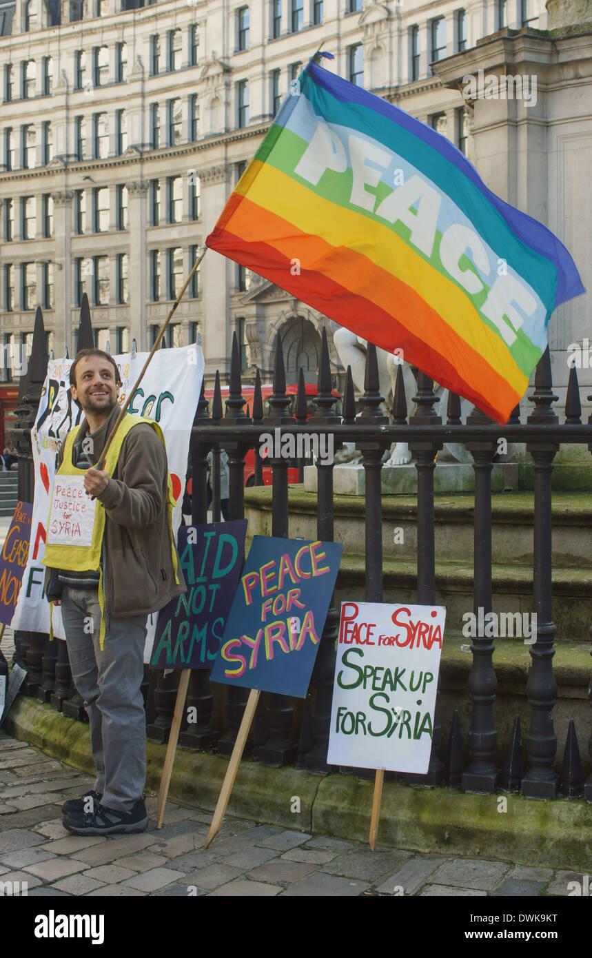 Militant de la paix. La paix manifestant à Londres. Drapeau de la paix. Photo Stock