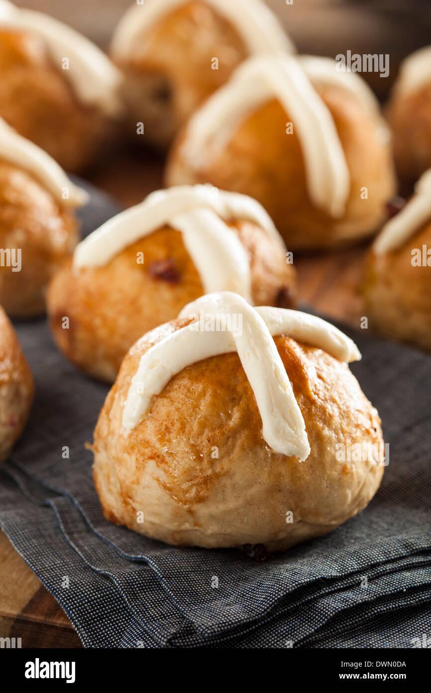 Les brioches faits maison avec des canneberges pour Pâques Photo Stock