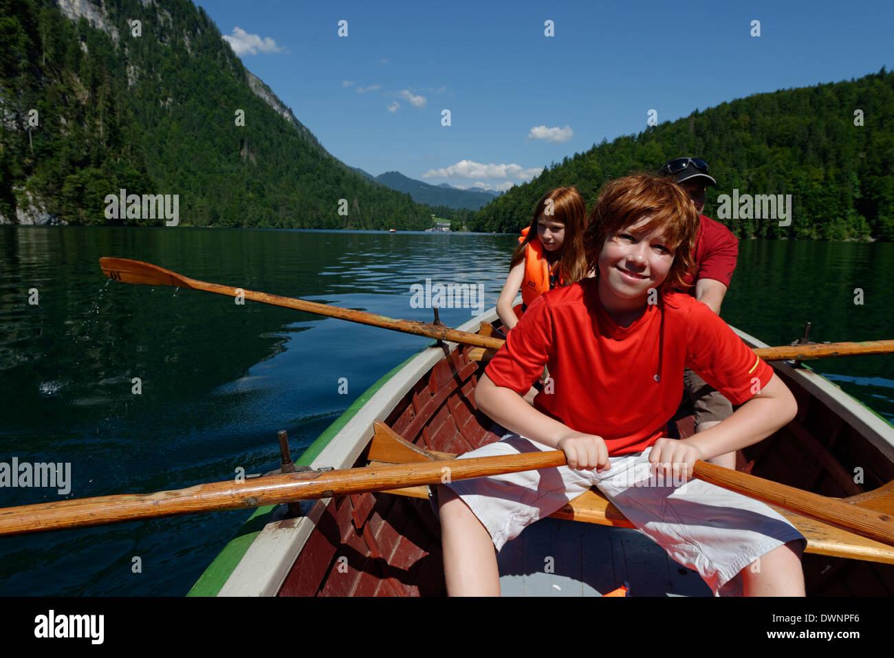 Les enfants dans un bateau à rames sur le lac Königssee, Berchtesgadener Land, district de Haute-bavière, Photo Stock