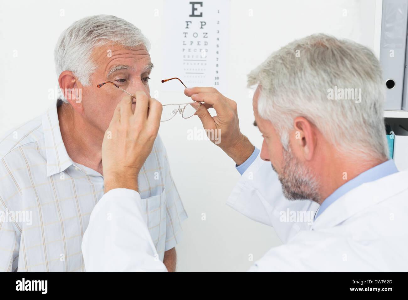 f034c88777 L'homme portant des lunettes après la prise d'examen de la vue au