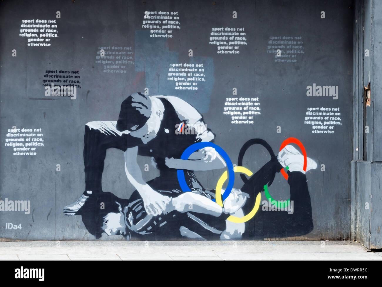 Gay-manifestant/Jeux Olympiques d'hiver de Sotchi fresque à Newcastle upon Tyne. UK Photo Stock