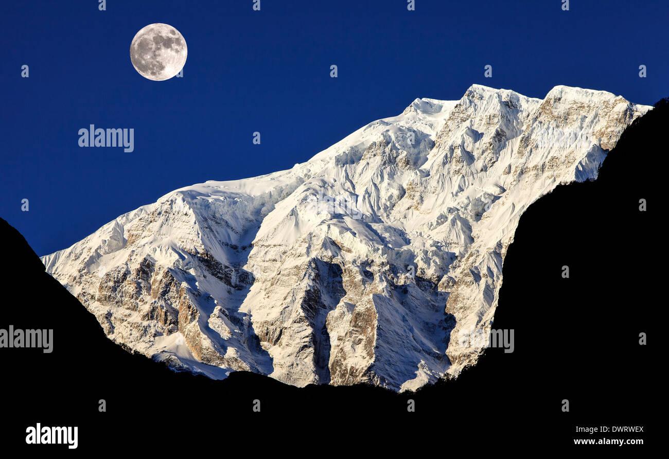 Pleine lune sur les montagnes de l'Himalaya, Népal, Région de l'Annapurna Photo Stock