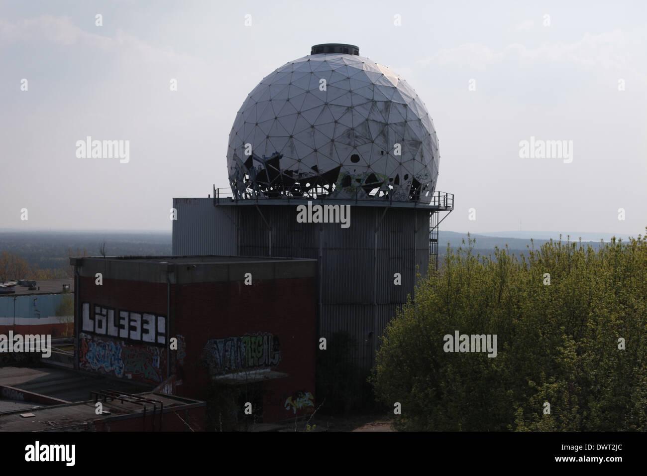 Le radôme de la guerre froide NSA (National Security Agency) poste d'écoute espion au sommet de la colline, Berlin Teufelsberg Photo Stock