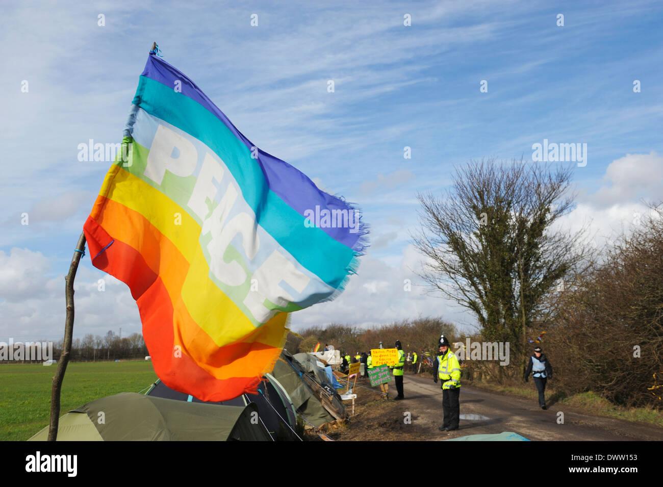 Drapeau de paix au vent comme la ligne de police Barton Moss Camp Protection avant de manifestants 'lent' marche livraison site Photo Stock