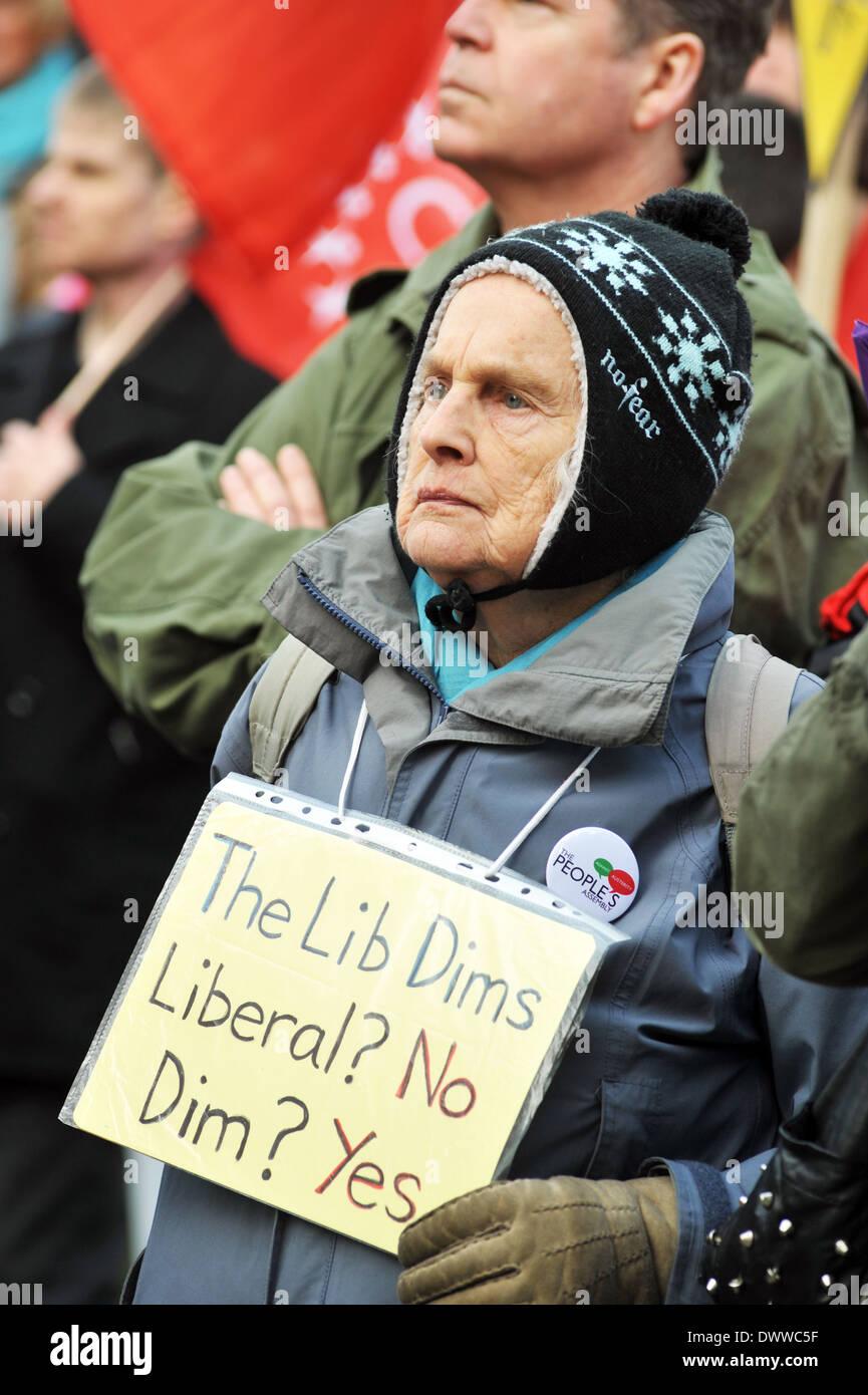 Une vieille dame à la meilleure façon de démonstration, à l'Libdem Conference, New York 8 mars 2014 Photo Stock