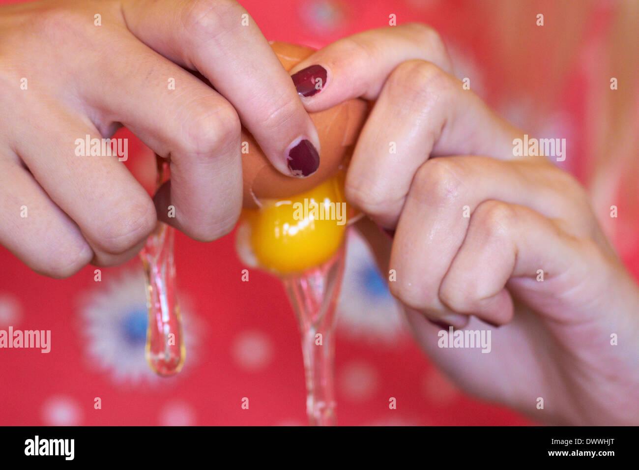 Fissuration ouvrir egg femme Photo Stock