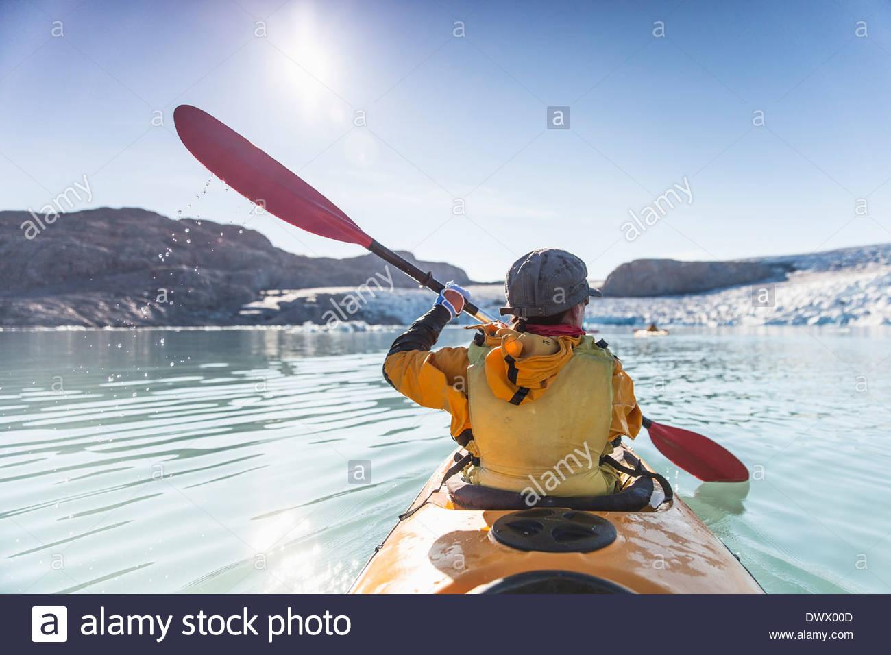 Vue arrière du kayak de mer sur la femme mature Photo Stock