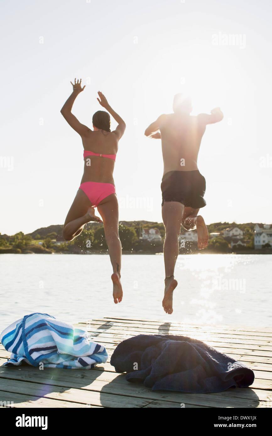 Vue arrière sur toute la longueur de deux ou trois dans le lac de plongée Photo Stock
