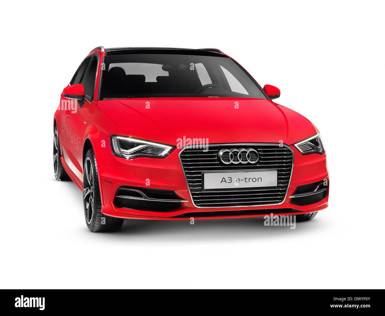 Red 2015 Audi A3 Sportback e-tron plug-in voiture hybride. Isolé sur fond blanc avec chemin de détourage. Photo Stock