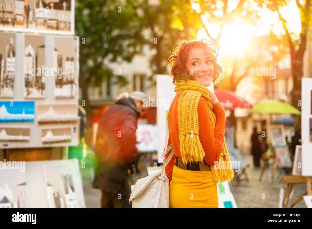 Paris, femme marchant à travers la place du Tertre, Montmartre Photo Stock