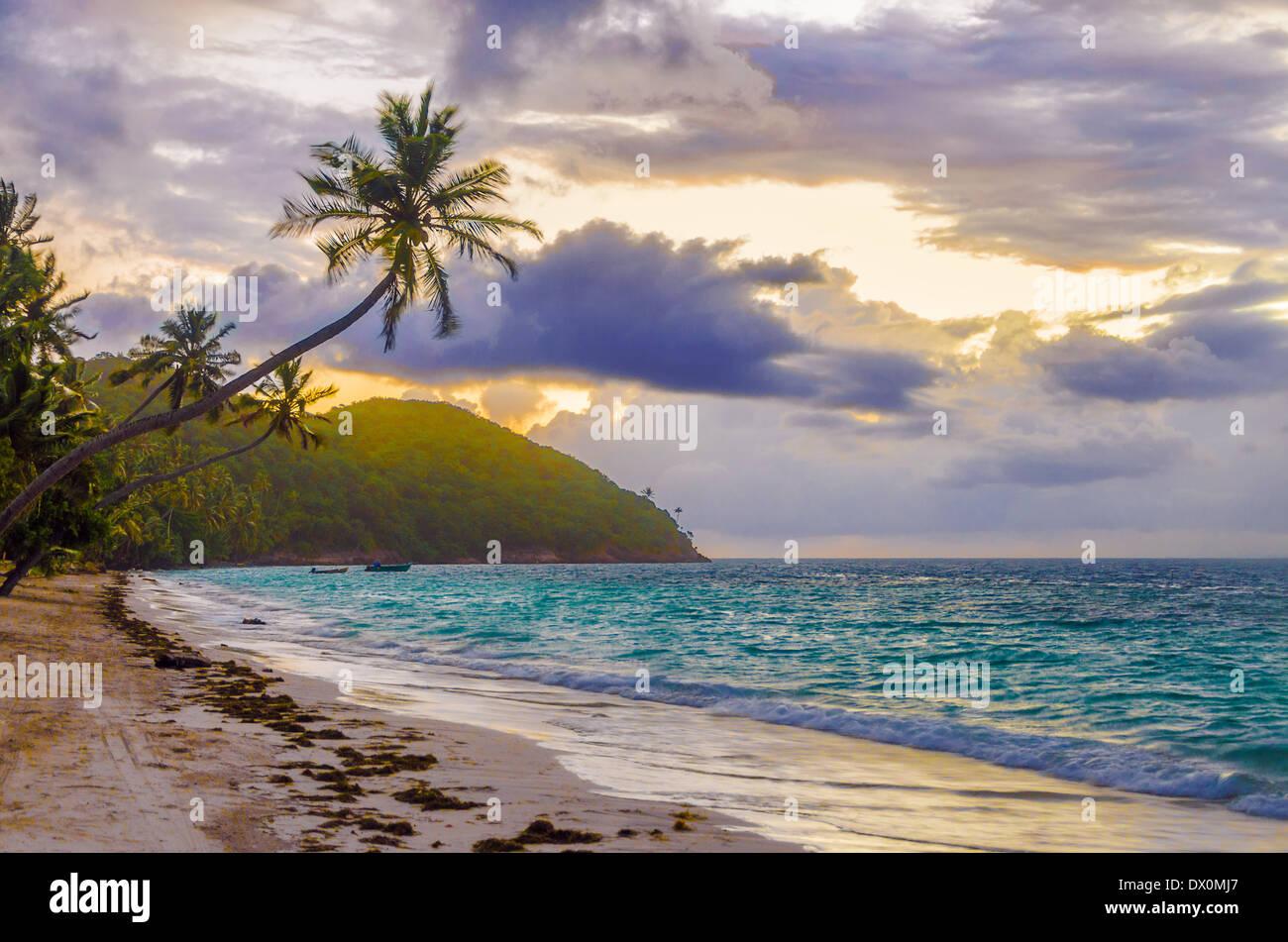 Ciel violet et orange du lever du soleil sur une plage de San Andrés y Providencia, COLOMBIE Photo Stock