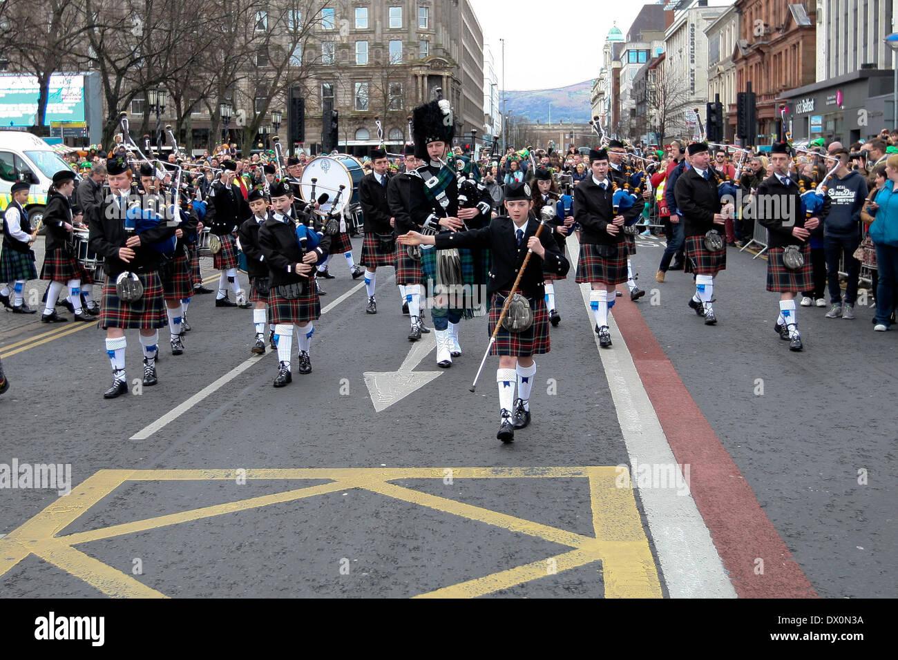 Belfast, Royaume-Uni 16 mars, 2014. Pipe Band à la tête de la procession à la St Patrick's Day Celebration à Belfast Banque D'Images
