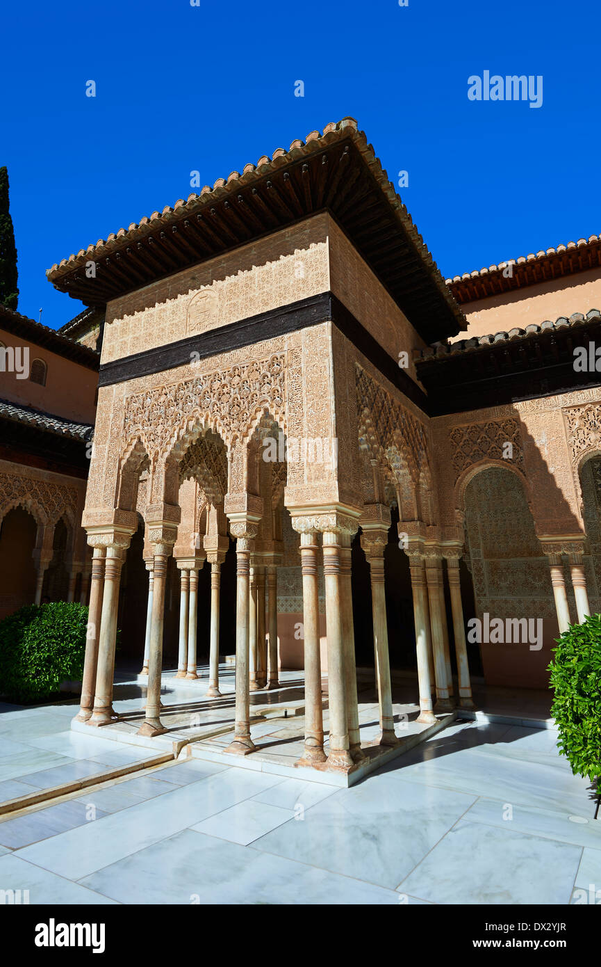 Arabesque architecture mauresque du Patio de los Leones (Cour des Lions), l'Alhambra Palacios Nazaries. Granada, Espagne Photo Stock