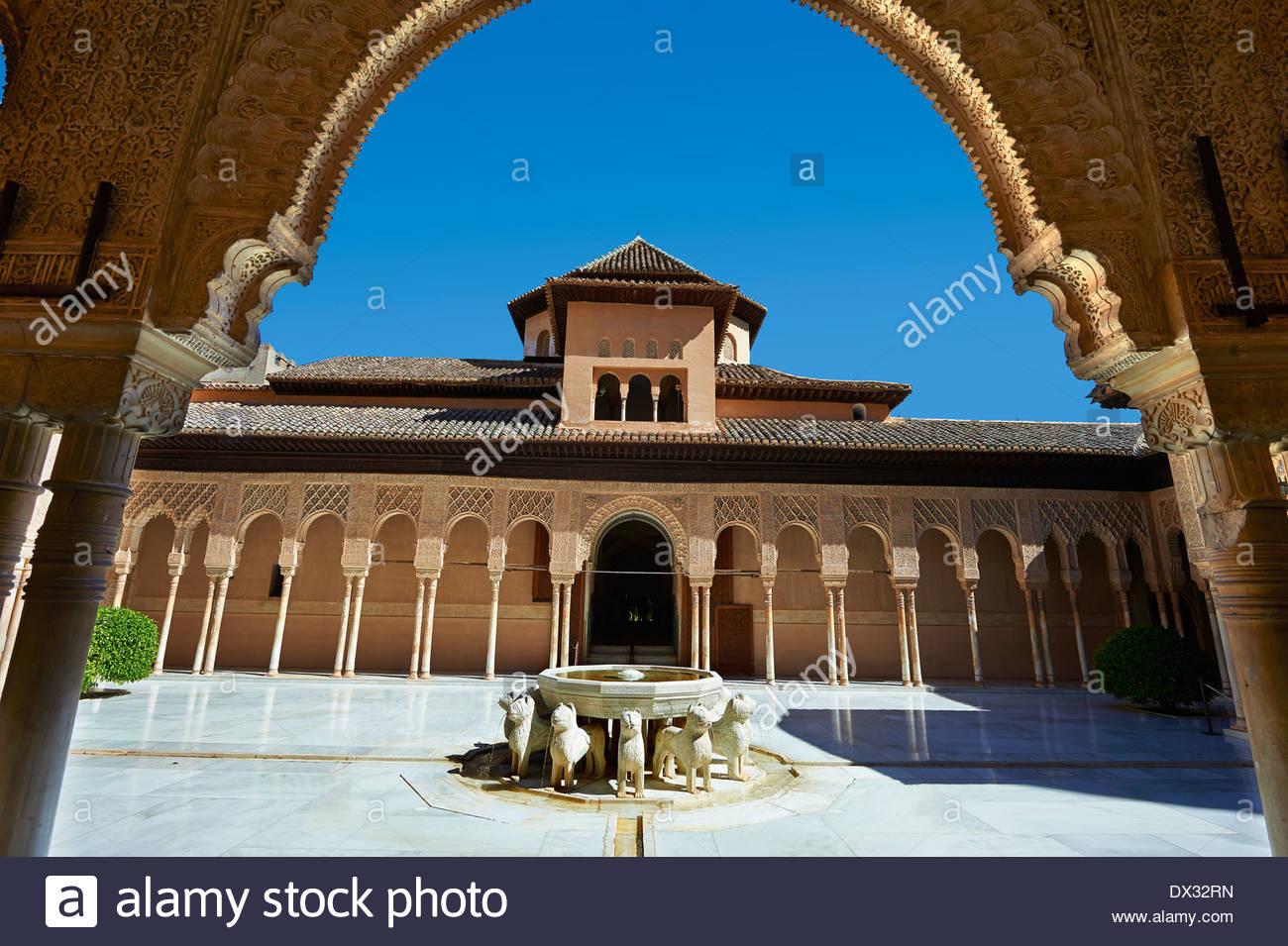 Arabesque architecture mauresque du Patio de los Leones (Cour des Lions), l'Alhambra Palacios Nazaries. Granada, Espagne Photo Stock