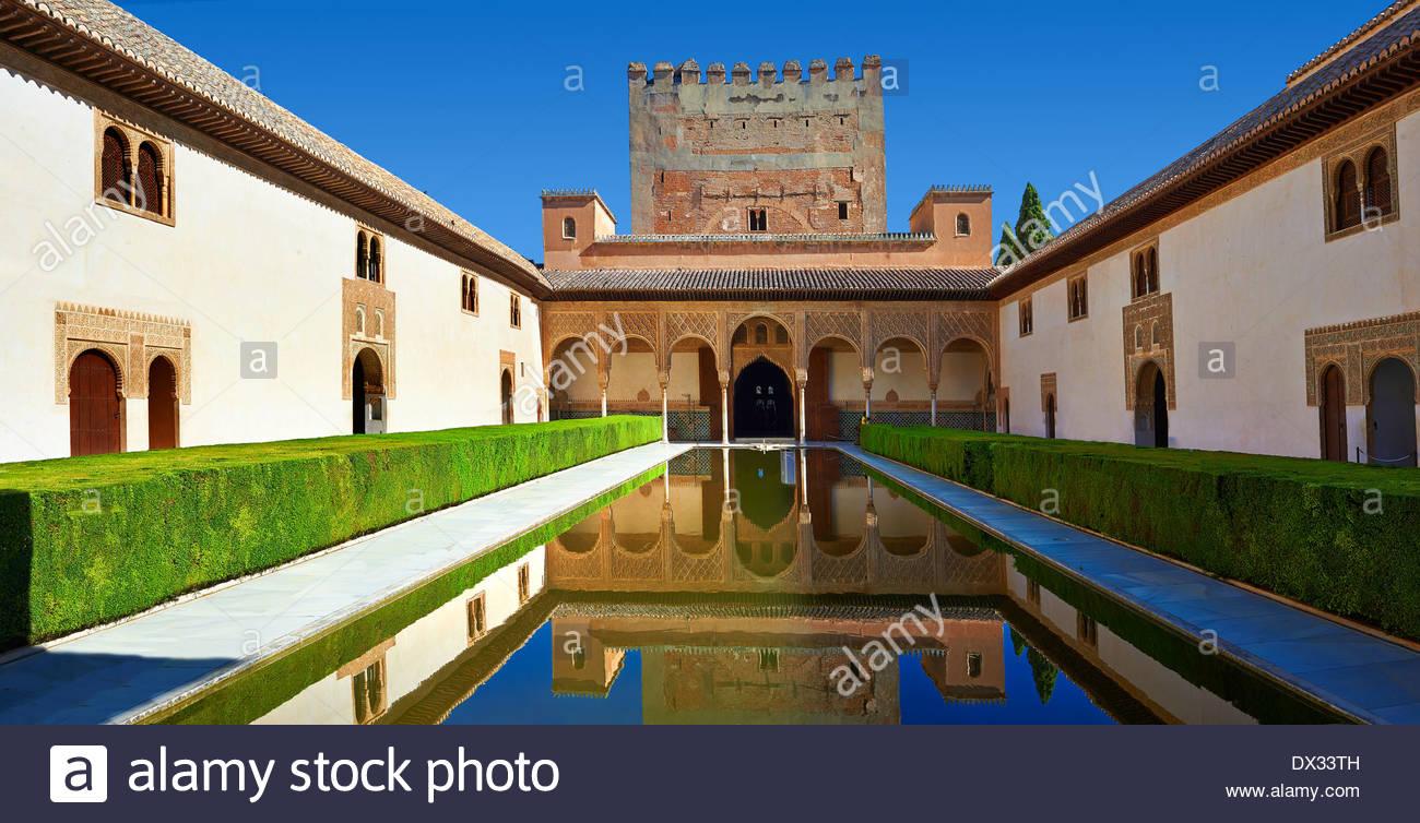 Arabesque architecture mauresque et l'étang de la Cour des Myrtes du Palacios Nazaries, à l'Alhambra. Grenade, Photo Stock