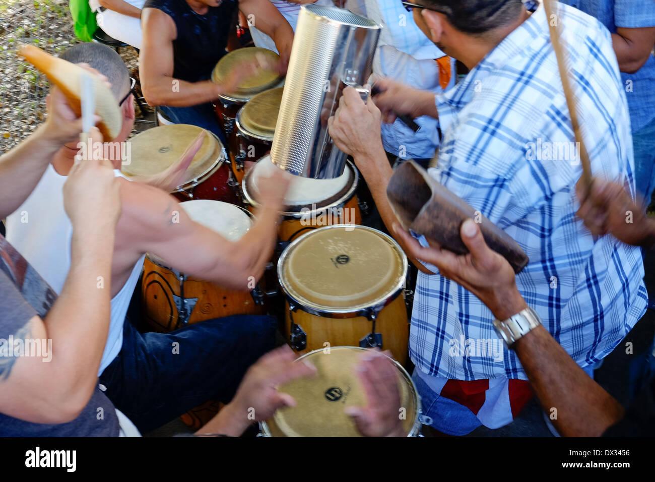 MIAMI - 9 mars 2014: groupe jouant de la musique dans les rues de la calle 8 lors de la 37e Calle Ocho festival, un événement annuel qui a lieu sur 8 Rue de la petite havane avec beaucoup de musique, de la nourriture, et c'est la plus grande partie de la ville qui célèbre l'héritage hispanique. Photo Stock
