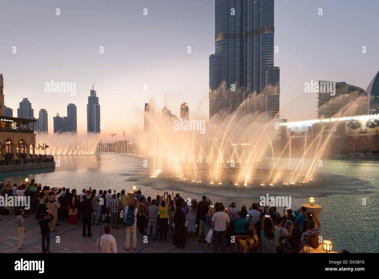 Les gens qui regardent la fontaine de Dubaï en face du Burj Khalifa au coucher du soleil, le centre commercial de Banque D'Images