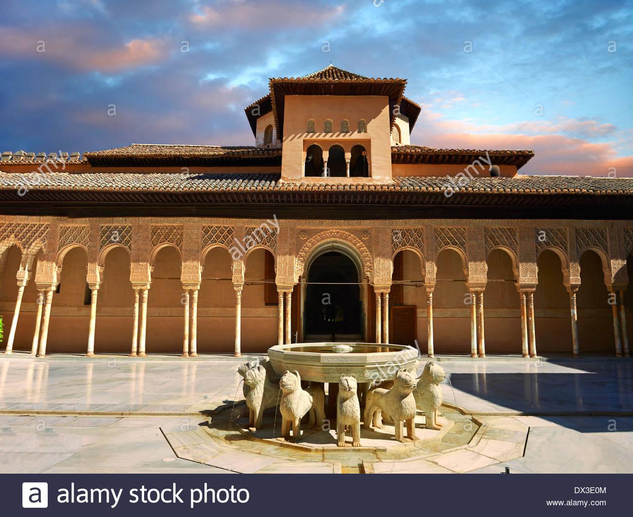 Arabesque architecture mauresque du Patio de los Leones (Cour des Lions) , Palacios Nazaries, à l'Alhambra. Granada, Banque D'Images