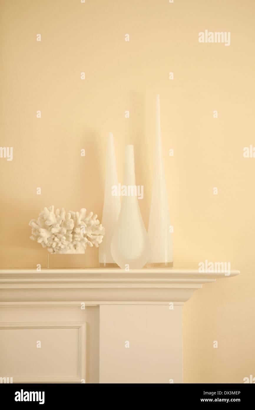 Vases blanc et corail sur mantel dans la salle de séjour Photo Stock