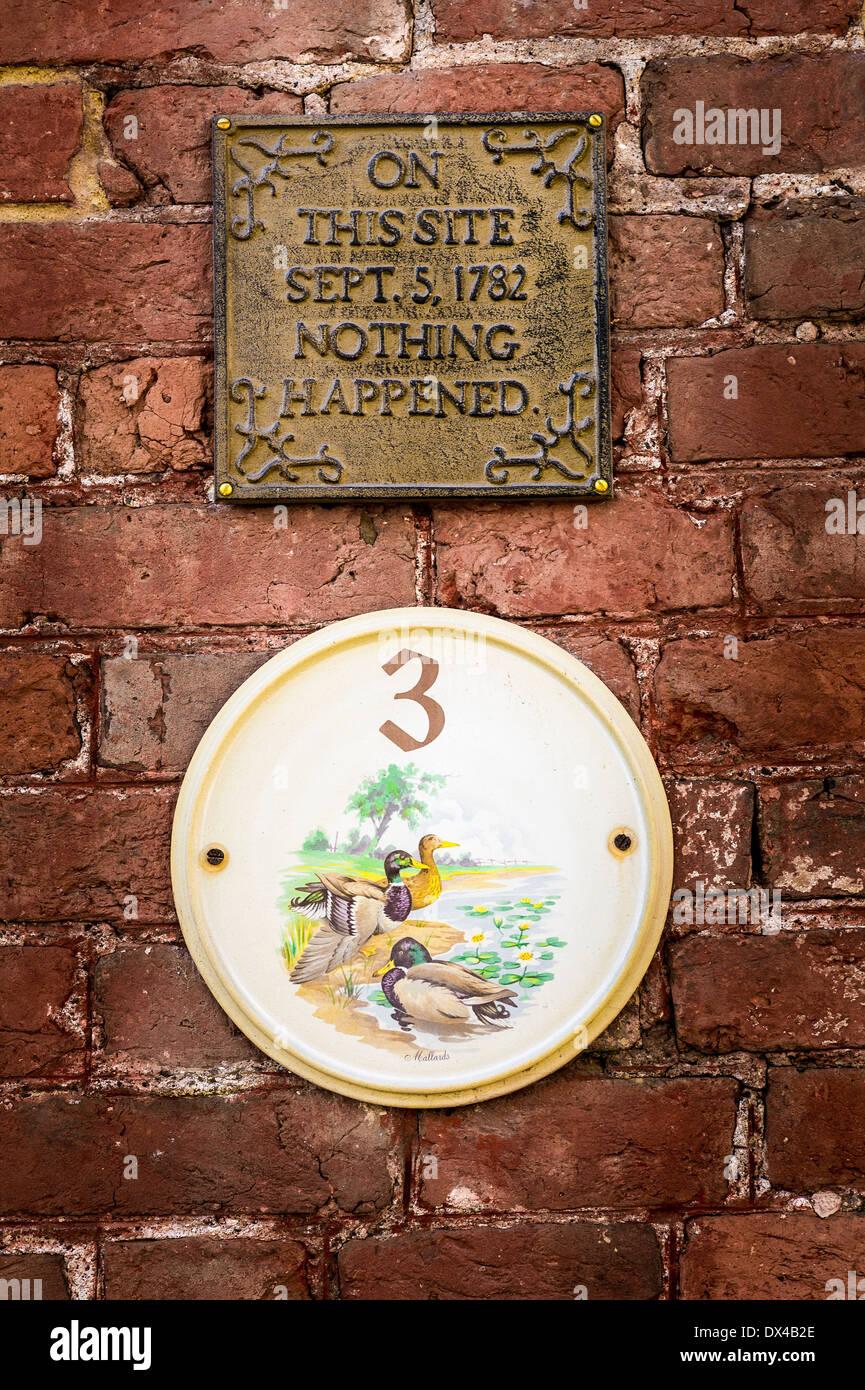 Réclamation nonsese avec plaque de maison au-dessus de lui dans UK qui 'Rien' est arrivé en 1782 sur ce site Photo Stock