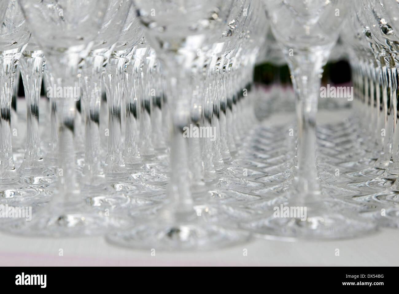 Verres à vin alignés sur une table Photo Stock