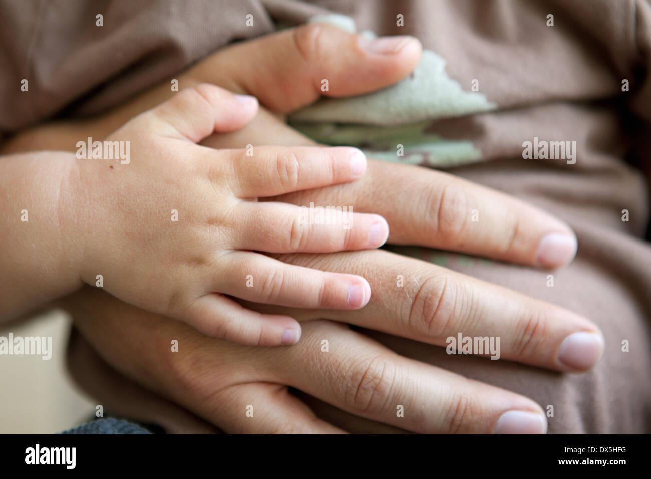Le père et l'enfant de toucher les mains avec amour, Close up Photo Stock