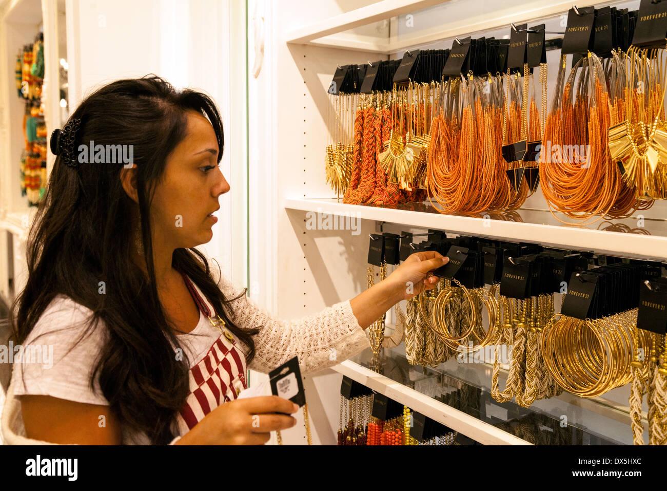 Jeune femme d acheter des bijoux fantaisie, Forever 21 Magasin, Centre  Commercial de 522c29a49fdb