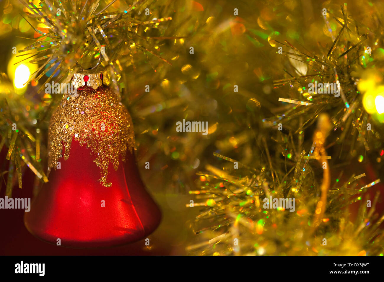Red bell sunglasses sur sapin Noël, Close up Photo Stock