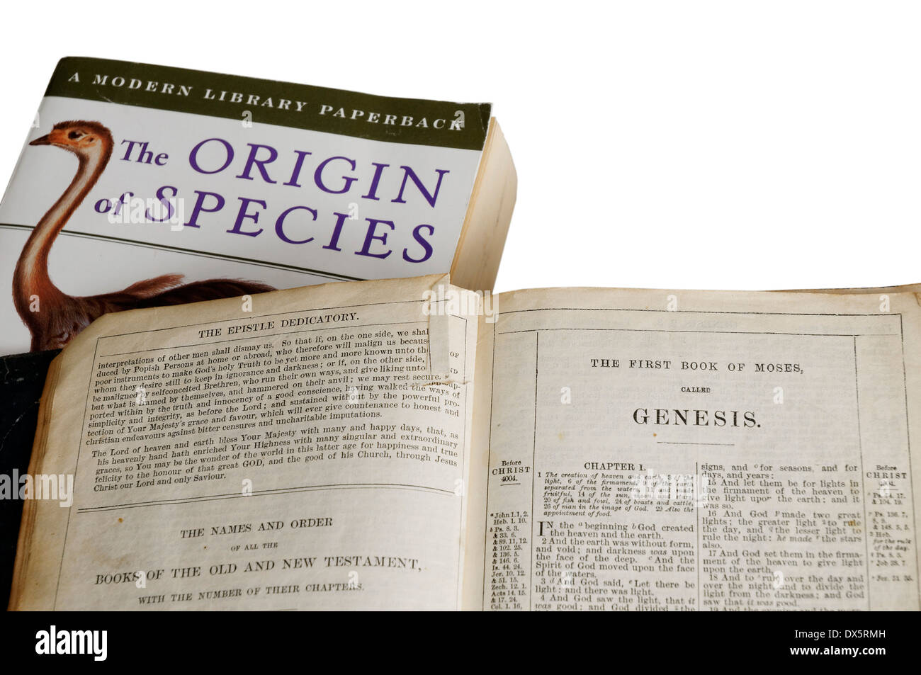 L'origine des espèces par Charles Darwin et la bible ouverte sur le livre de la genèse Photo Stock