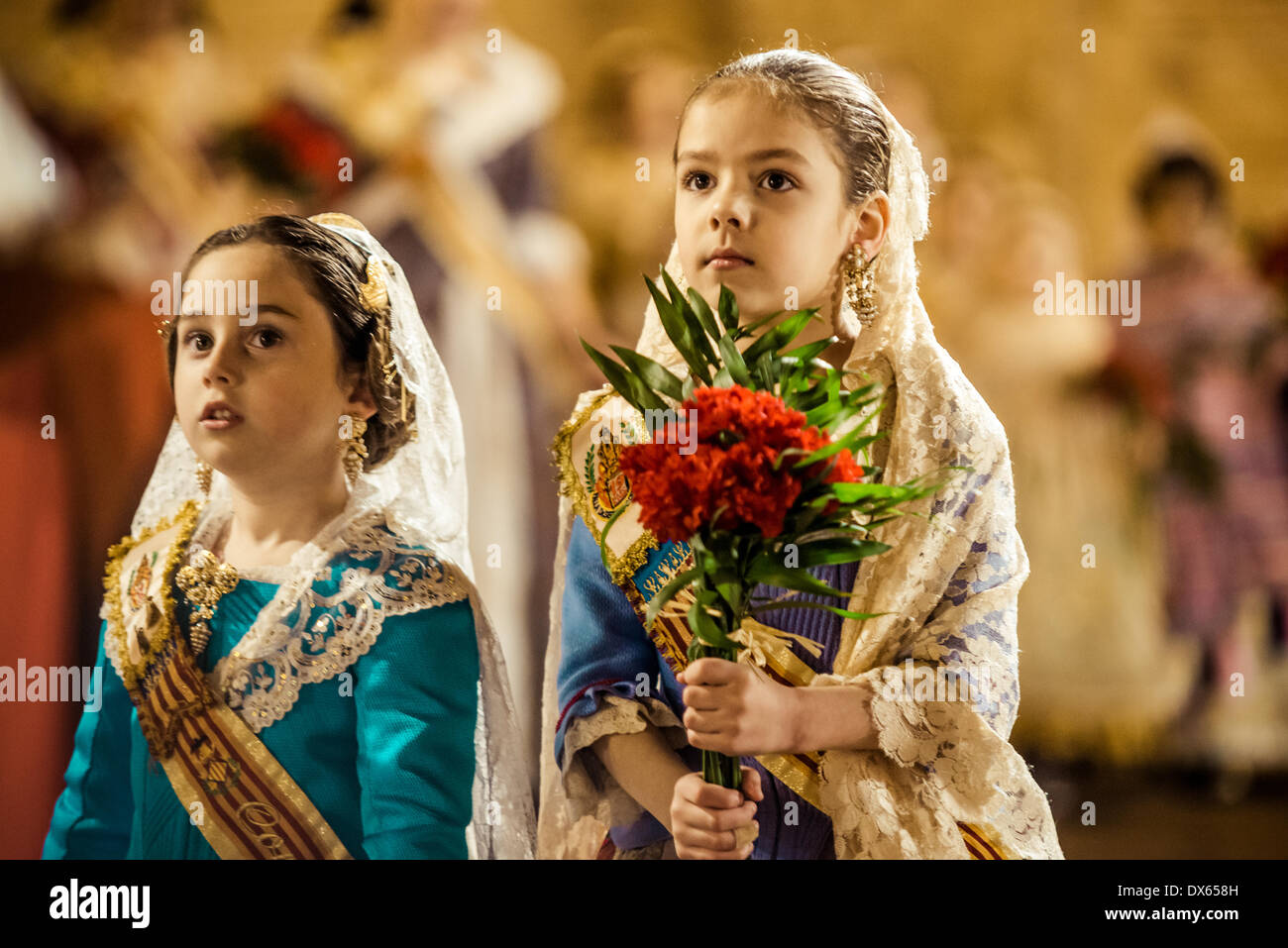 Valence, Espagne. 18 mars 2014: Un peu Fallera enfin offre son bouquet à la Vierge et à être placé à l'image des vierges. Credit: matthi/Alamy Live News Photo Stock