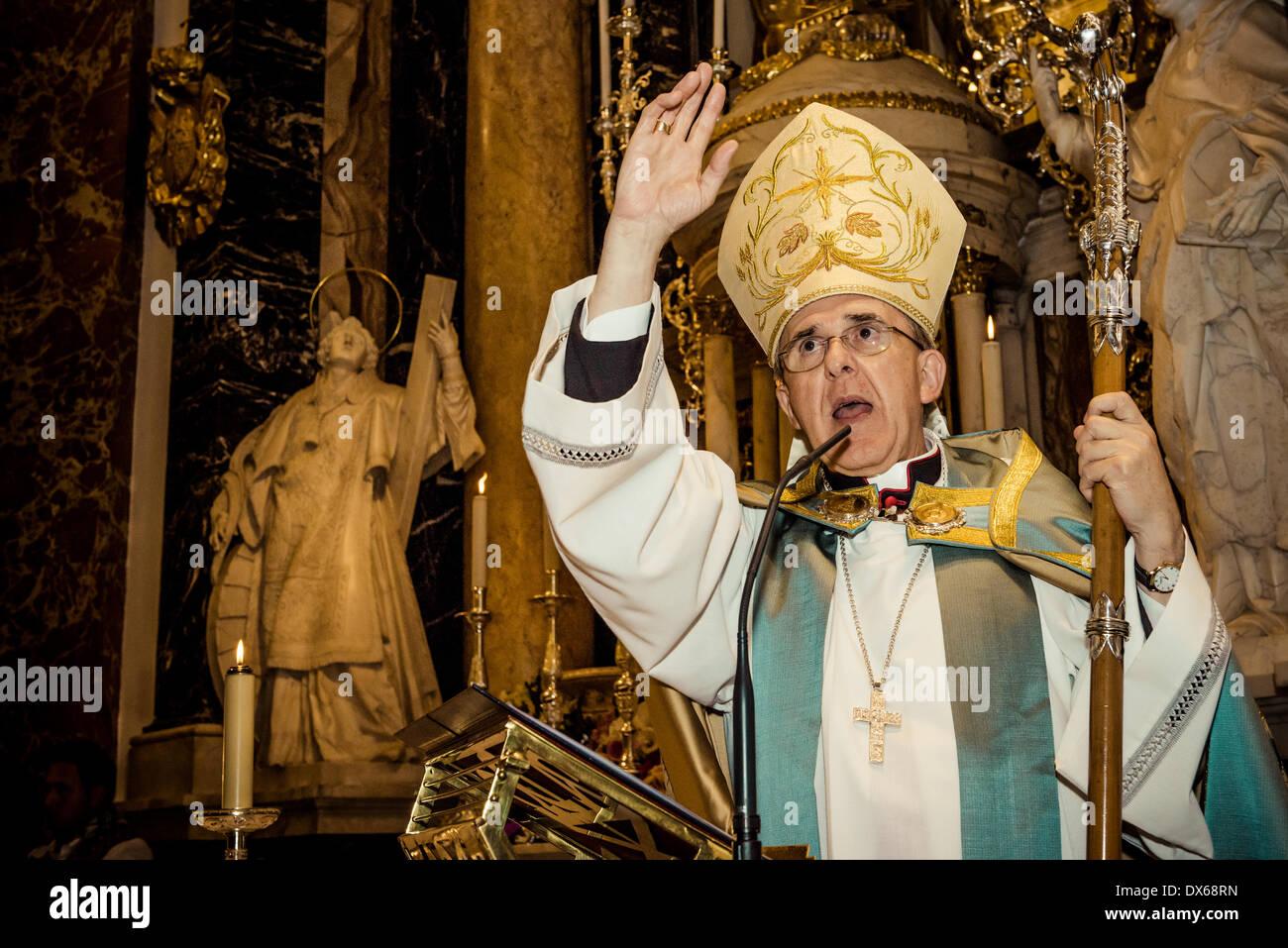 Valence, Espagne. 18 mars 2014: l'archevêque de Valence, Carlos Osoro, célèbre une cérémonie après la fleur offre Banque D'Images