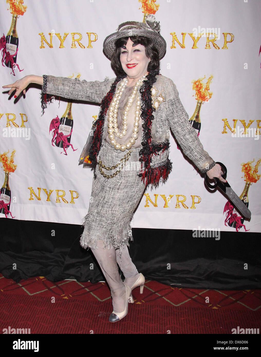 Bette Midler comme le fantôme de Coco Chanel participant à la 17e  gala-bénéfice annuel 11127af9d4a