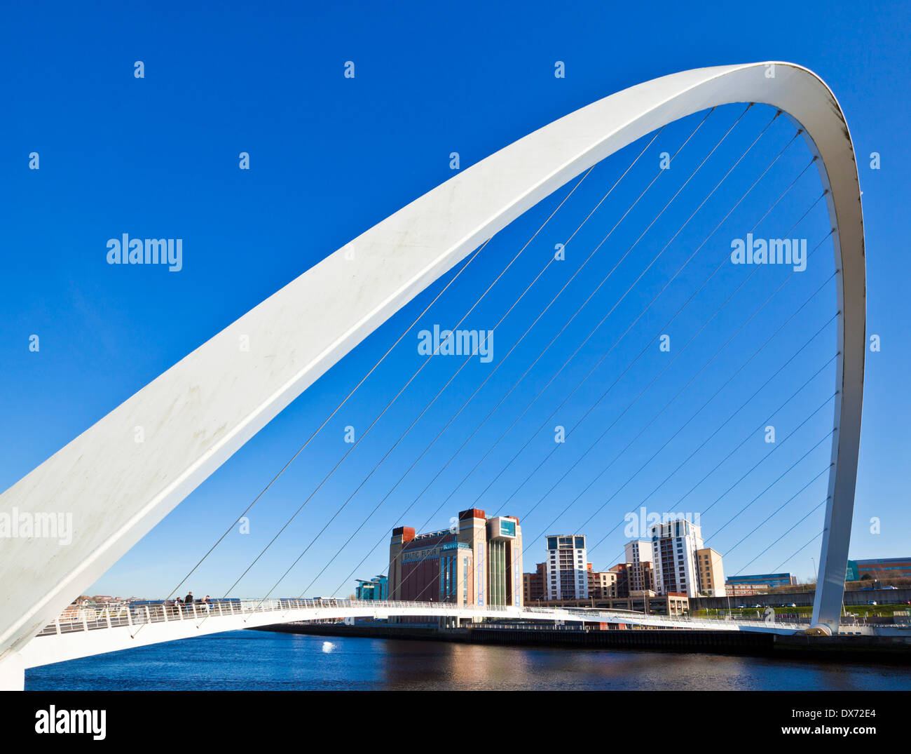 Gateshead Millennium Bridge over River Tyne Newcastle upon Tyne Tyne et Wear Tyneside, Angleterre Royaume-uni GB EU Europe Photo Stock